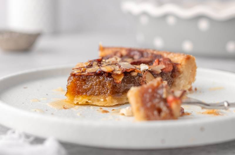 Medena pita z mandlji in prhkim dnom